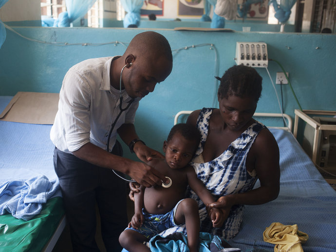 Photo: Mother and child with medical doctor